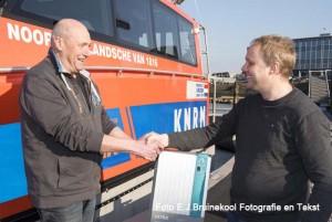 Foto 1 IJmuiden : Bouke van de Weerdt, Service Support Manager bij Mastervolt, overhandigt symbolisch een Mass Combi Ultra aan Kasper Kools (r) Foto E.J. Bruinekool Fotografie & Tekst